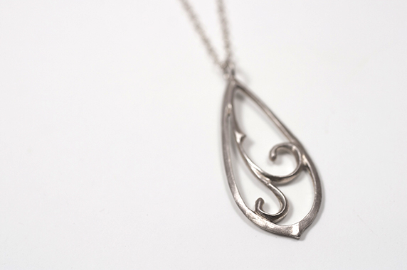 シルバーの雫形ネックレス