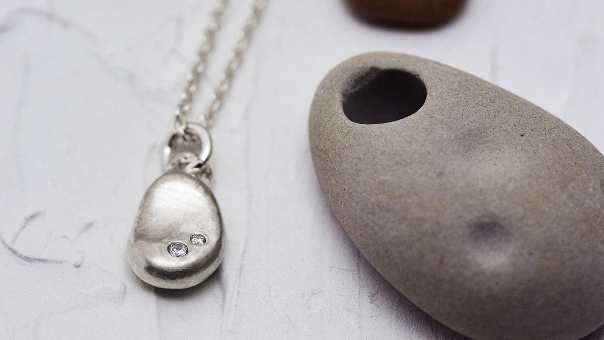 小石のシルバーネックレス