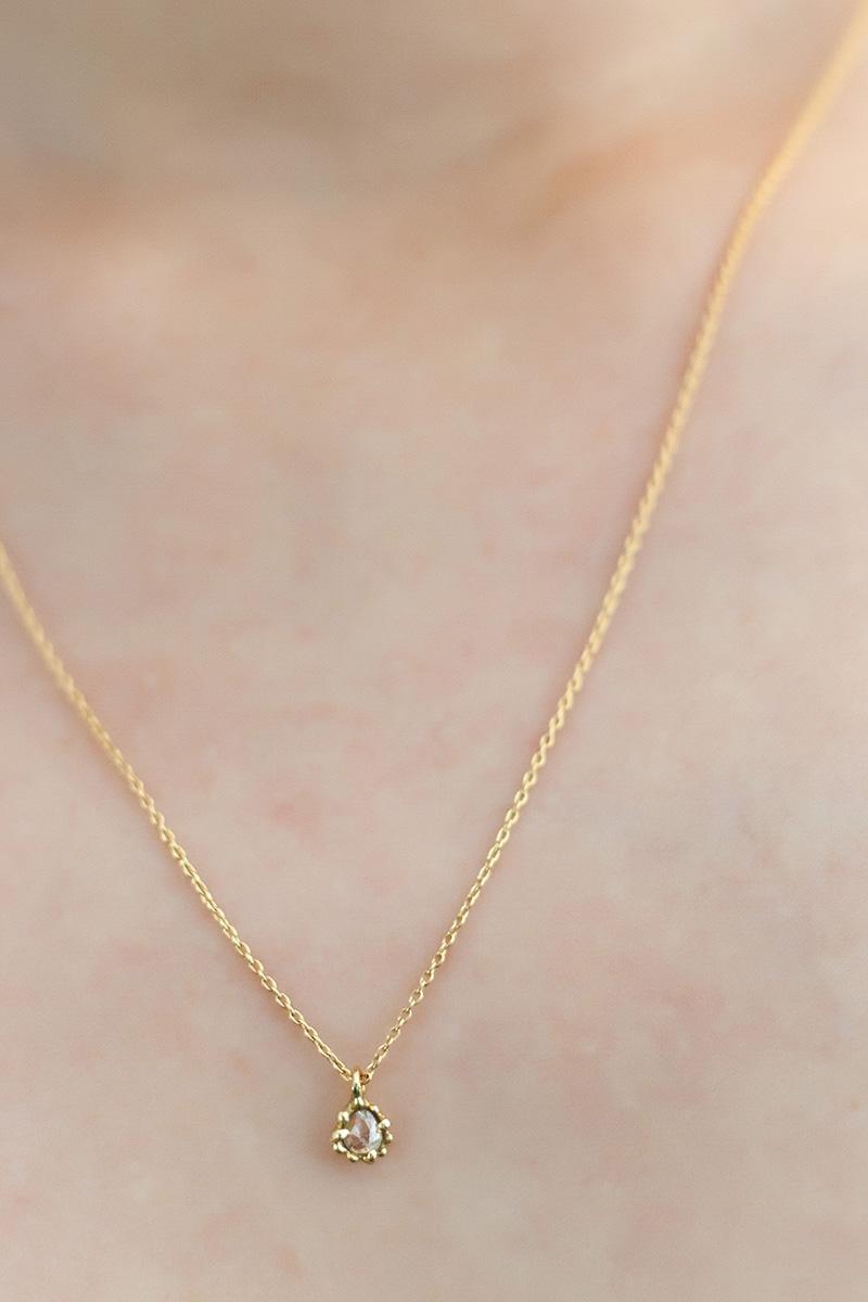 胸元に輝くナチュラルダイヤモンド