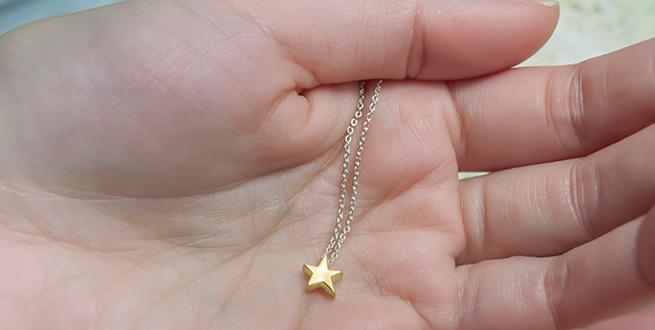 K14 ゴールドの星ネックレス