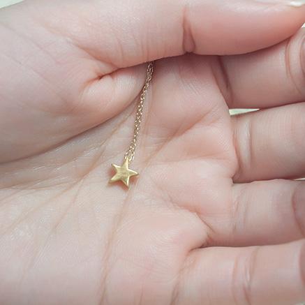 小さな星のゴールドネックレス